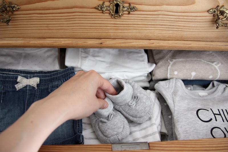 Homevialaura, raskaus, odotus, lastenhuone, lastenvaatteet, antiikkilipasto
