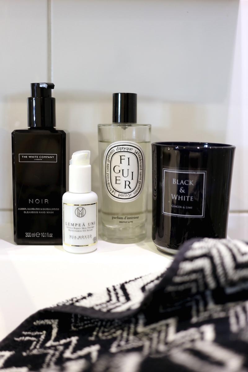 Homevialaura, kylpyhuone, Mia Höytö Cosmetics, Lempeä Uni -öljyseerumi, The White Company