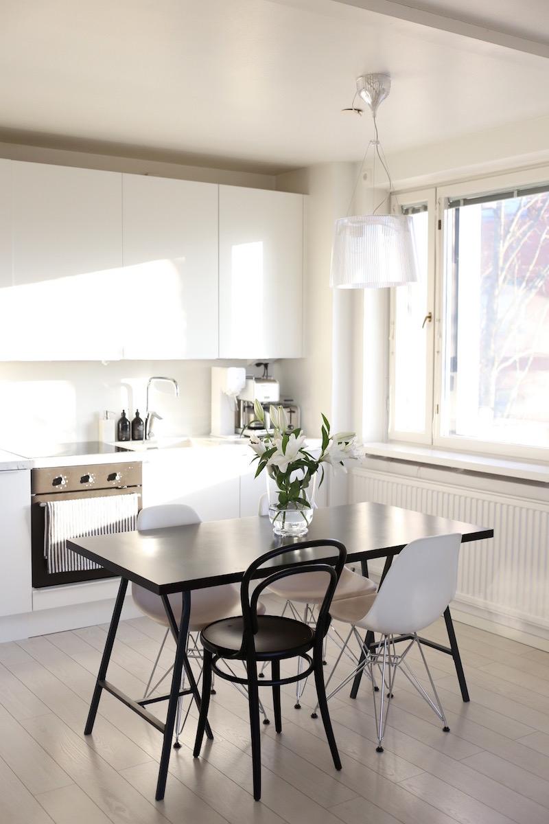 Homevialaura, valkoinen moderni keittiö, marmoritaso, Eames DSR, TON Chair 14, Kartell Gé