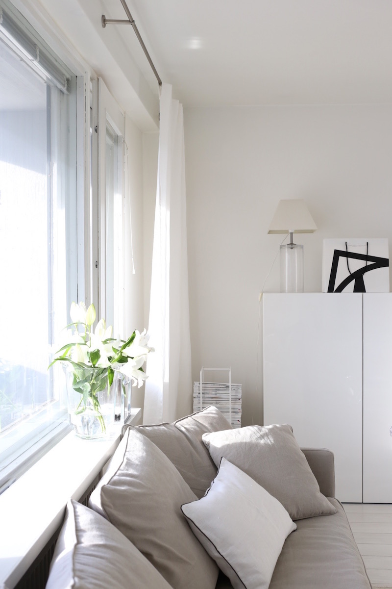 Homevialaura, olohuone, Stockmann Casa, valkoiset pellavaverhot, verhotanko, Bauhaus, Showroom Finland, Mixrack, Tapio Anttila
