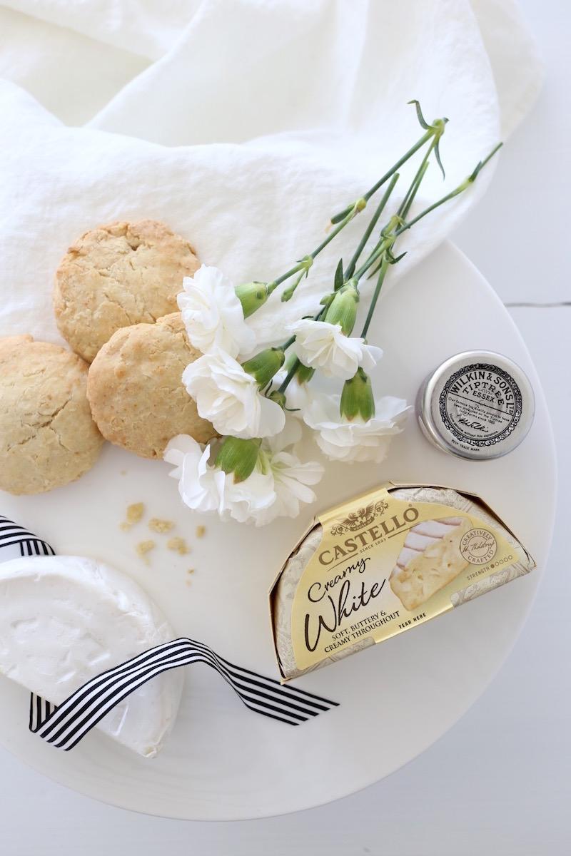 Homevialaura, äitienpäivä, tarjoilut, iltapäivätee, Castello Creamy White, valkohomejuusto, brie, skonssit