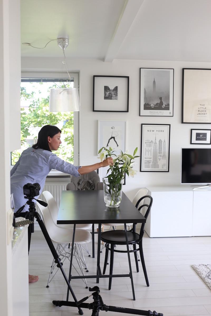 Homevialaura, Lisbet e., videokuvaus, olohuone, tauluseinä