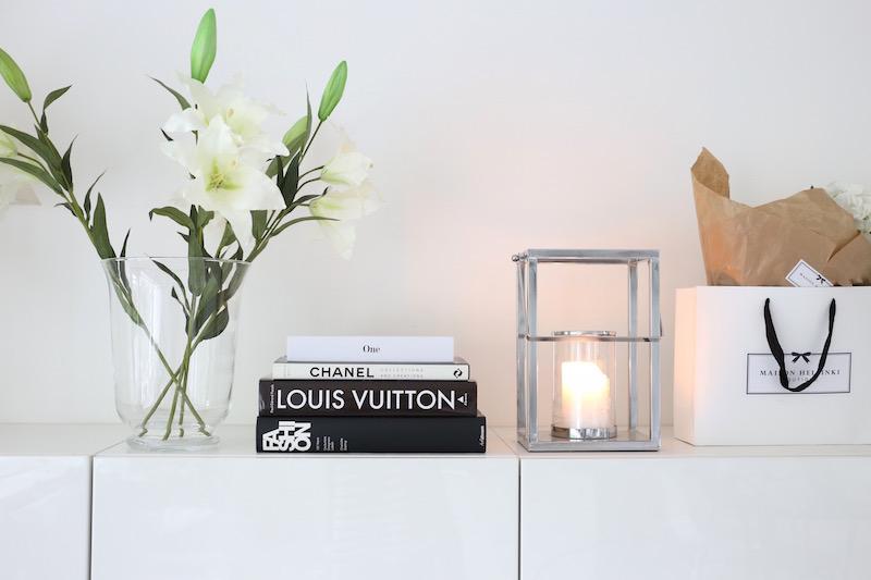 Homevialaura, olohuone, liljat,  lyhty, coffeetablebooks