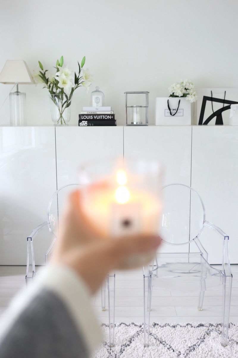 Homevialaura, olohuone, liljat, tuoksykynttilä, coffeetablebooks