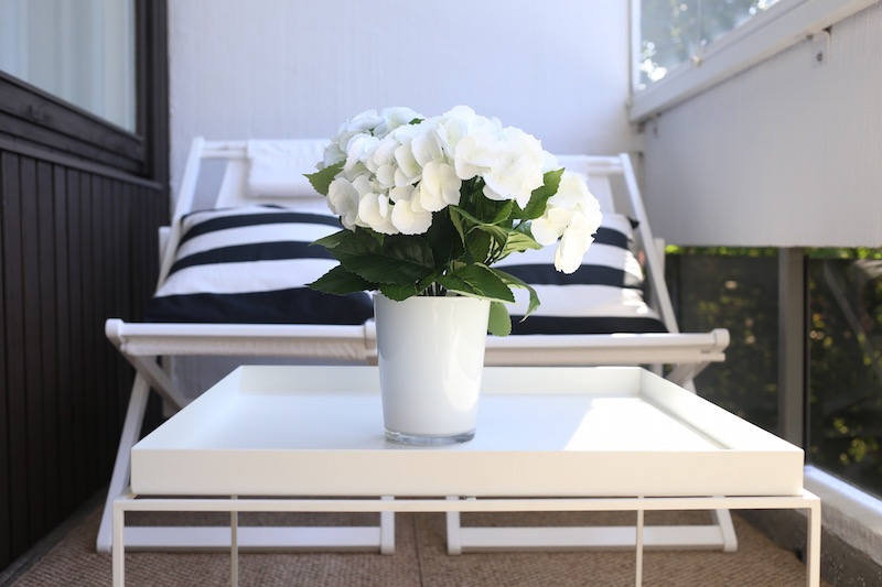 Homevialaura, parveke, parvekeen sisustustaminen ja kalustaminen, kansituolit, Hay Tray Table, Pappelina, muovimatto