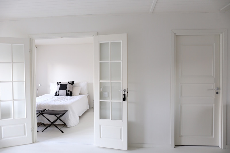 Homevialaura, makuuhuone, Hermes Avalon, pellavalakanat, pariovet