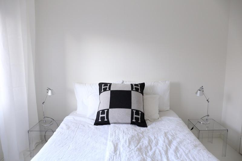 Homevialaura, makuuhuone, Kartell Jolly, Artemide Tolomeo, Hermes Avalon, pellavalakanat