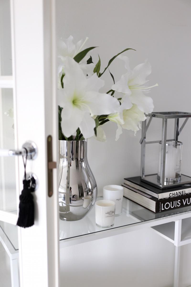 Homevialaura, olohuone, Ikea Vittsjö, sivupöytä, pariovet, Georg Jensen Cafu