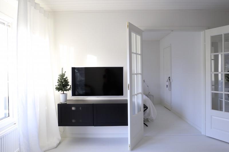 Homevialaura, tv-taso, Ikea Bestå Hanviken, seinään kiinnitetty televisio