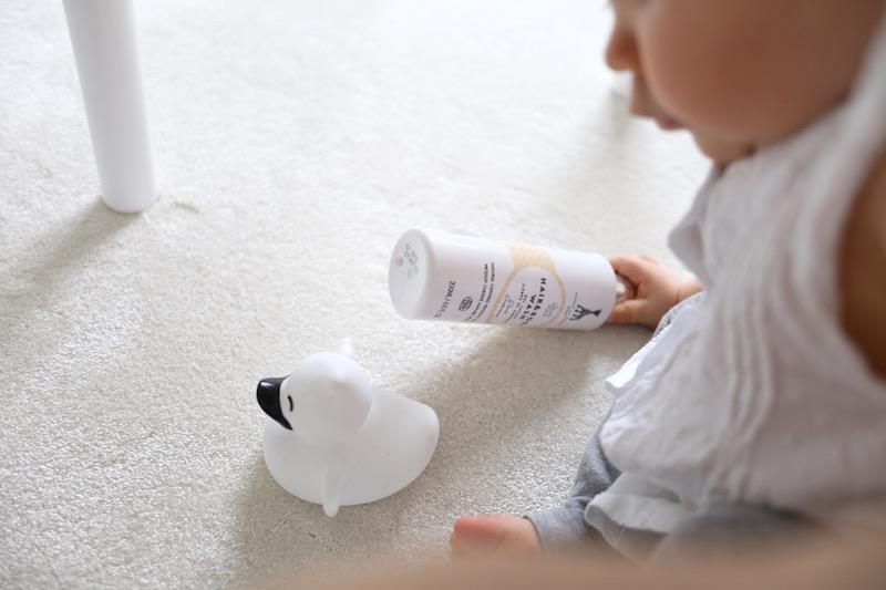 Kylpyhuoneessa: lasten pesuaineiden pihistä ja panosta
