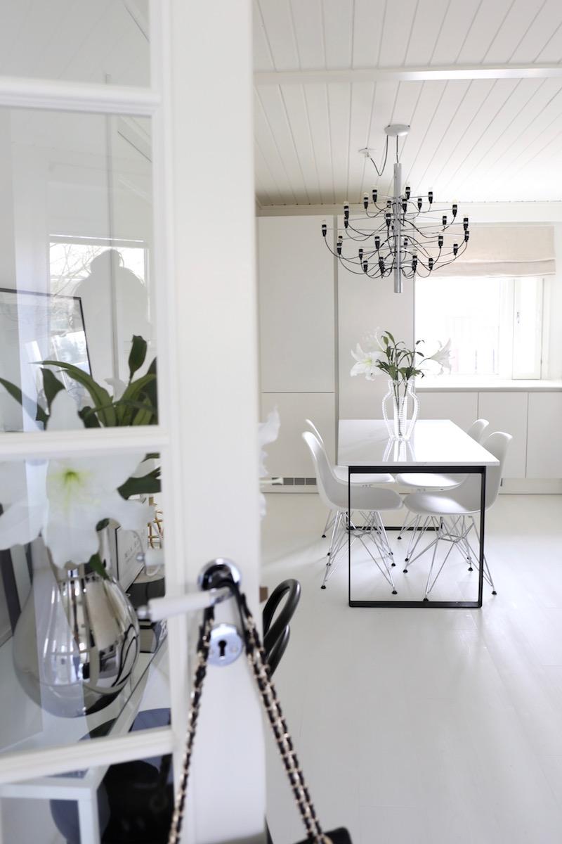 Homevialaura, sisustus, koti, avokeittiö, Flos 2097/30, moderni kattokruunu, marmoripöytä