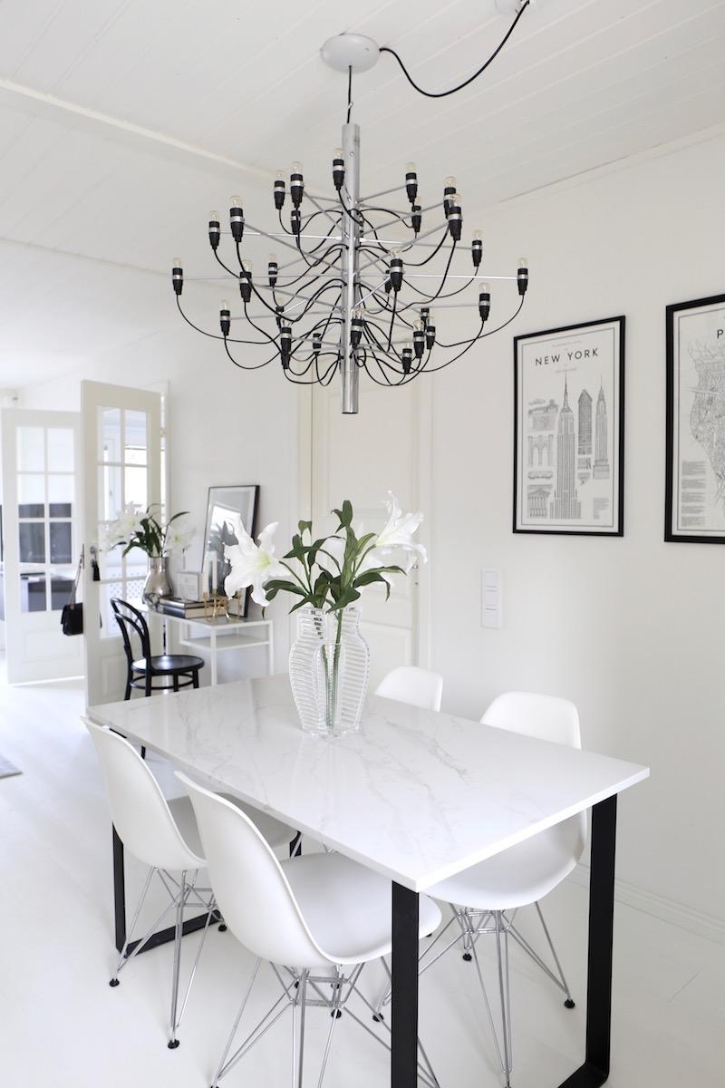 Homevialaura, sisustus, koti, avokeittiö, Flos 2097/30, moderni kattokruunu, marmoripöytä, pariovet