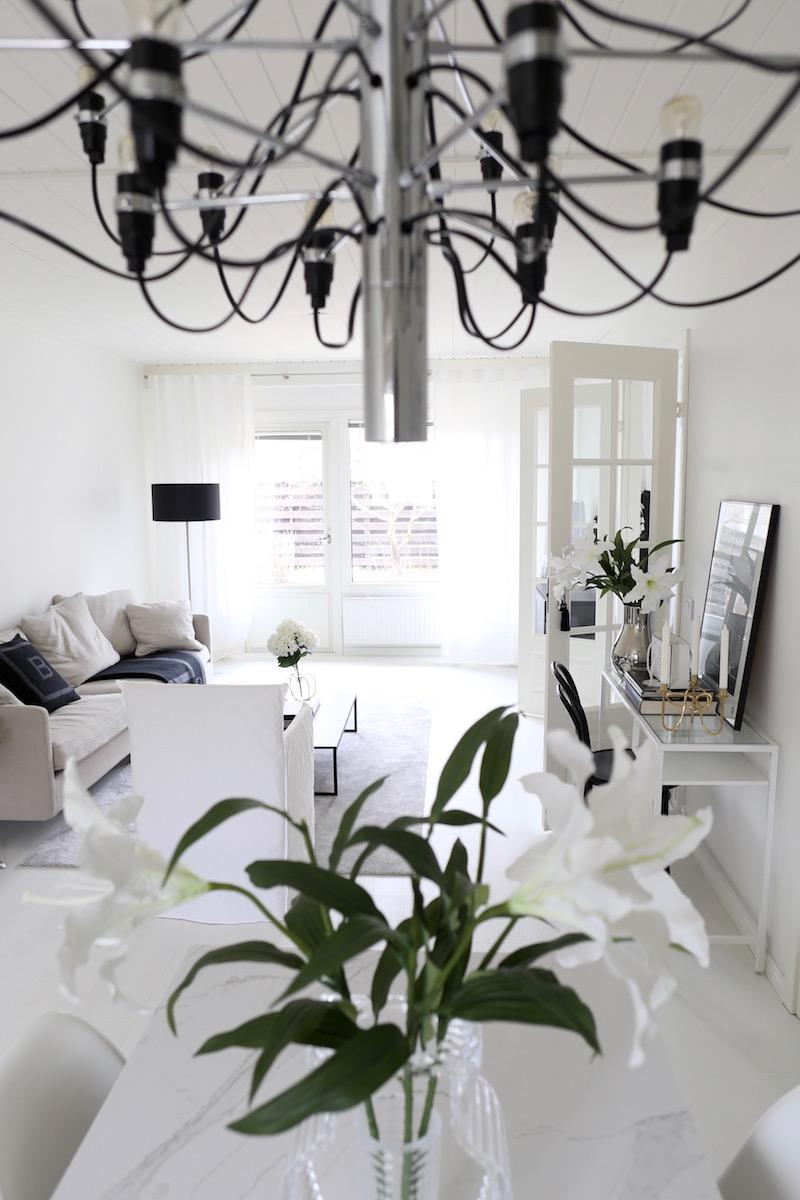 Homevialaura, sisustus, koti, olohuone, avokeittiö, Flos 2097/30, moderni kattokruunu