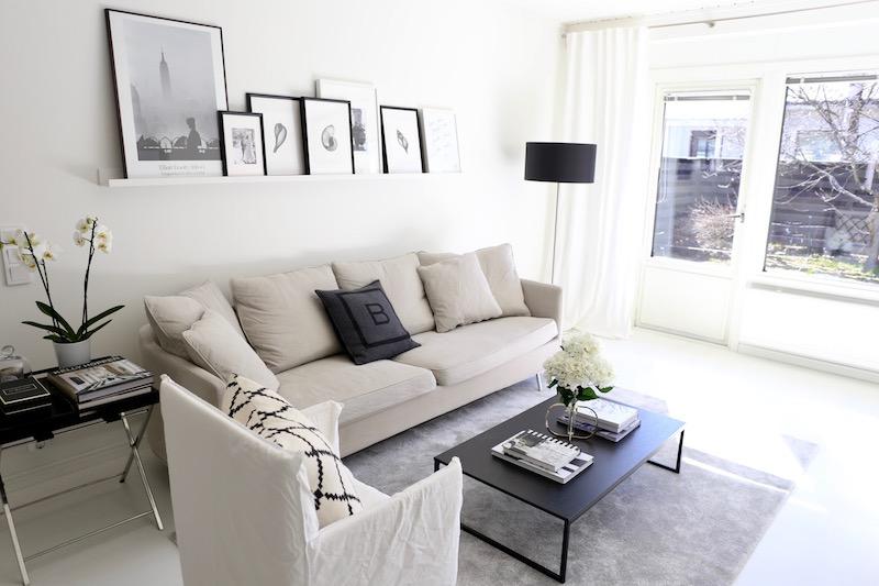 Homevialaura, olohuone, sisustus, tauluhylly, tauluseinä, Ikea Mosslanda