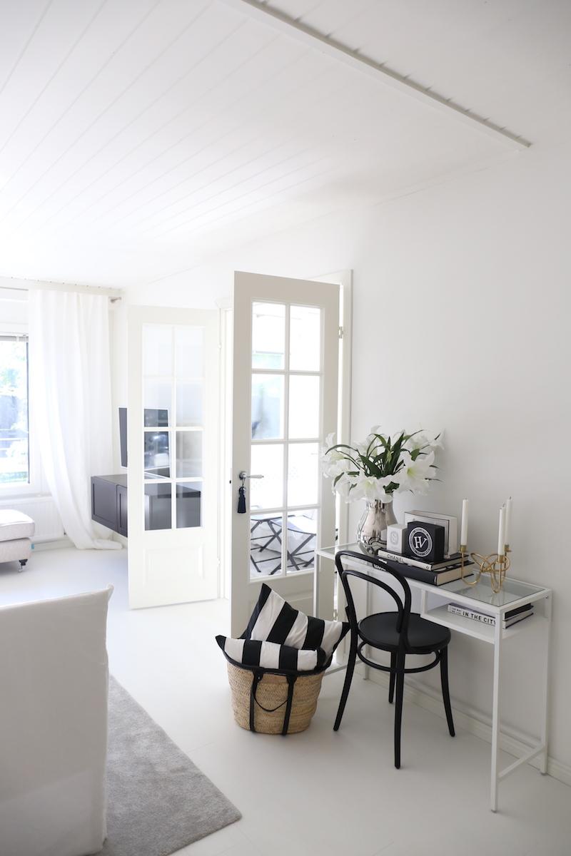 Homevialaura, sisustus, olohuone, kesä, korikassi, raitatyyny