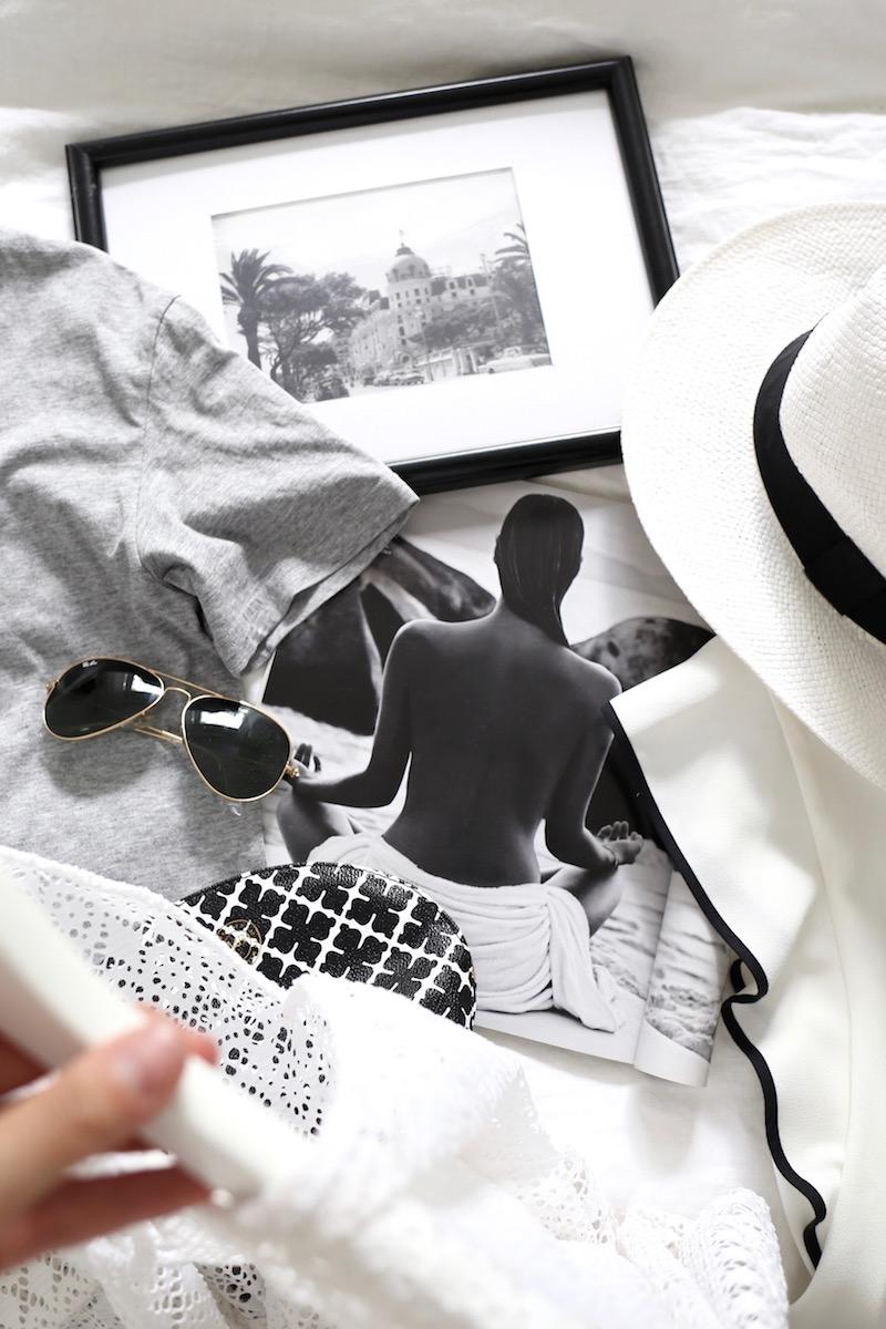 Homevialaura, kesätyyli, Ray-Ban Aviator, harmaa t-paita, hellehattu