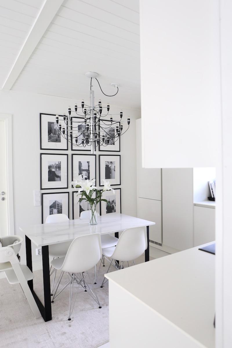 Homevialaura, keittiö, ruokailutila, tauluseinä, Ikea Marietorp, Flos 2097/30, kattokruunu