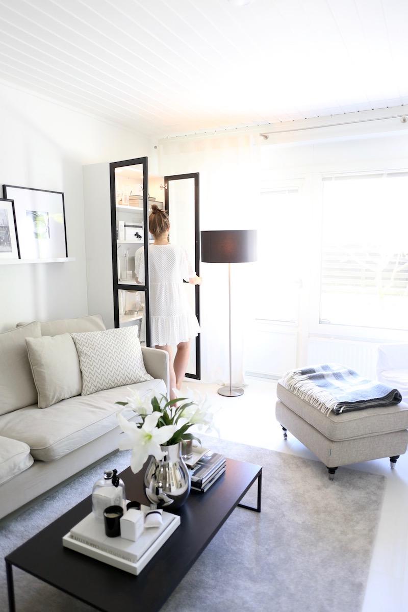 Homevialaura, olohuoneen sisustus, vitriini, kaappi, Ikea Billy, Oxberg