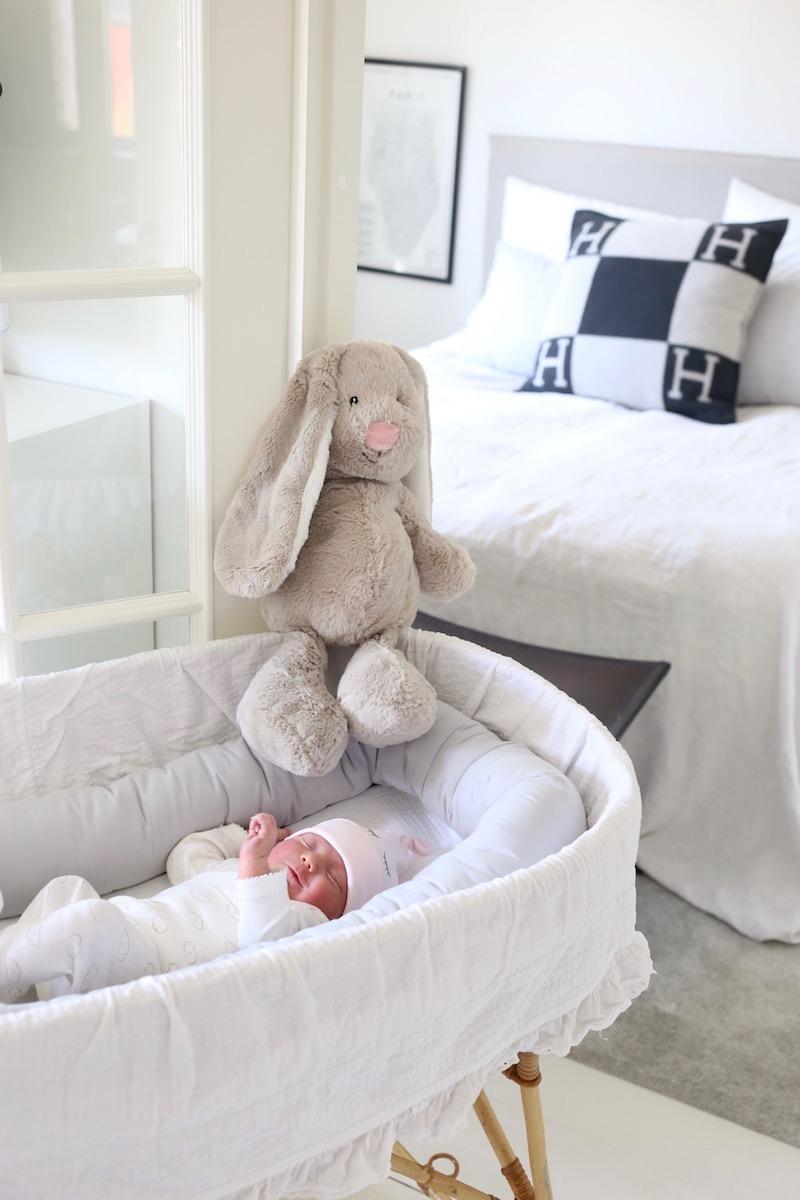 Pääsiäisvauvan kanssa onnellisesti kotona