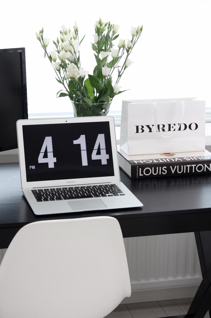 Homevialaura, työpöytä, kotitoimisto, olohuone