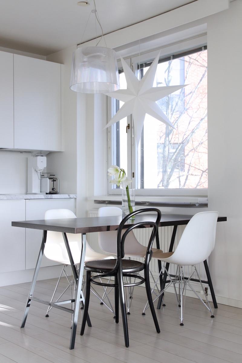 Homevialaura, valkoinen keittiö, Anno Paperitähti, Kodin1, Kartell Gé