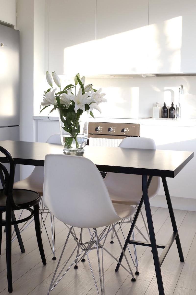 Homevialaura, valkoinen moderni keittiö, marmoritaso, Eames DSR, TON Chair 14