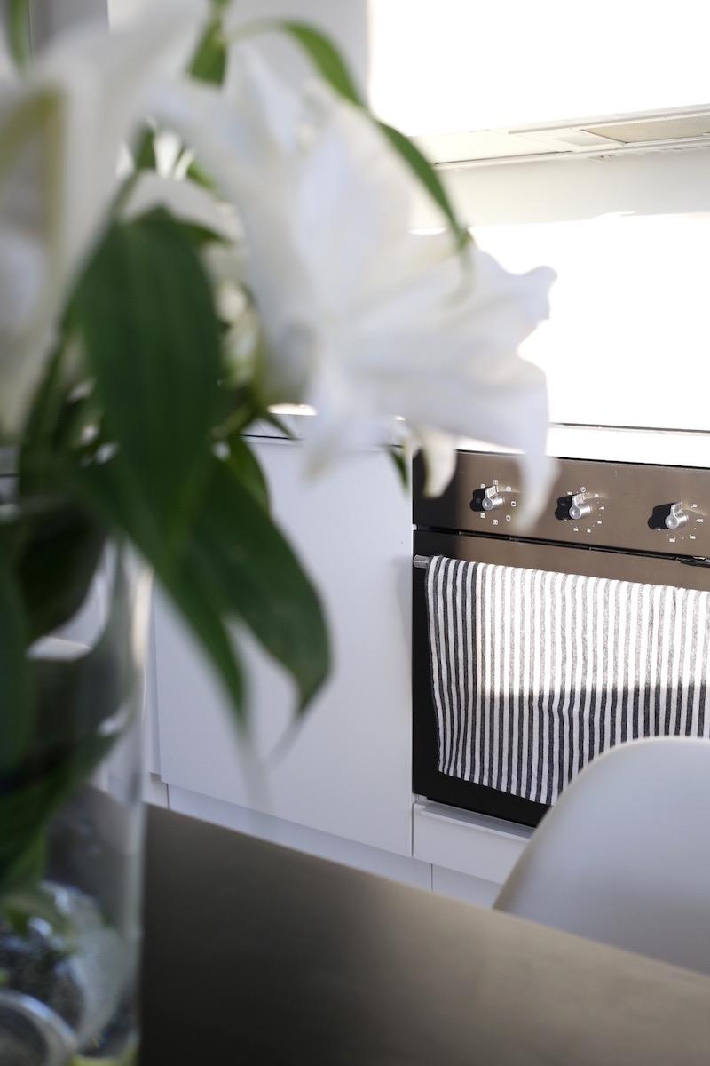 Homevialaura, valkoinen moderni keittiö, marmoritaso