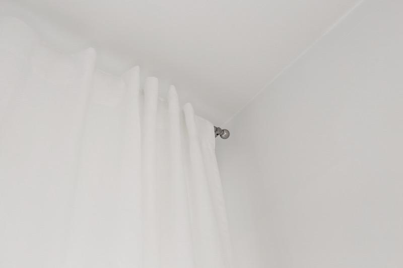 Homevialaura, olohuone, Stockmann Casa, valkoiset pellavaverhot, verhotanko, Bauhaus