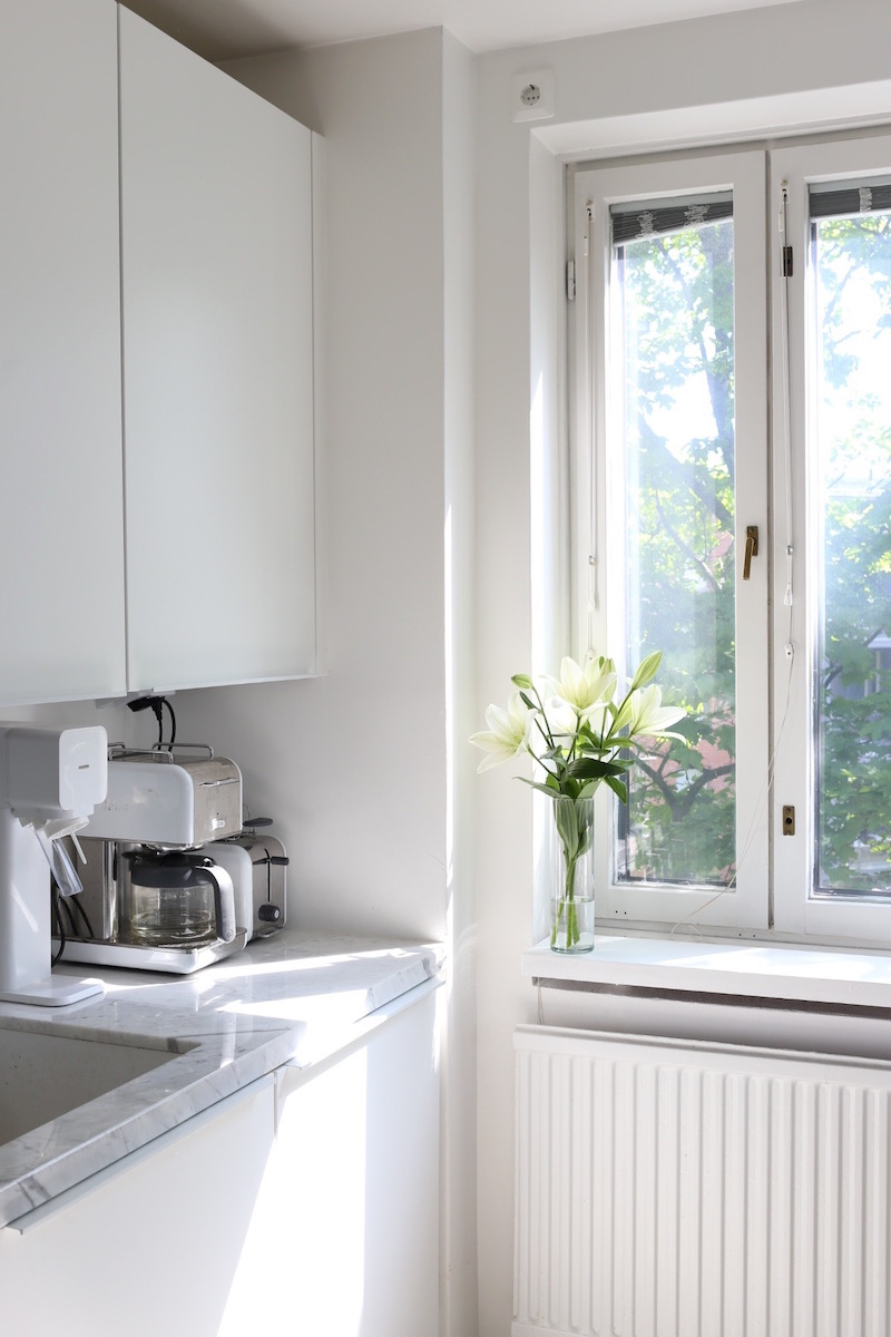 Homevialaura, keittiö, marmoritaso, valkoiset liljat