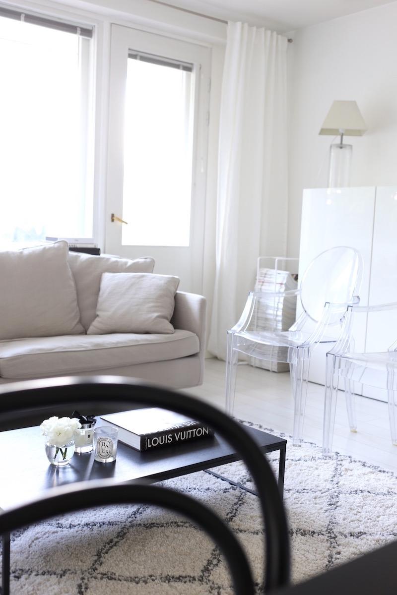 Homevialaura, olohuone, Ellos Tanger, valkoiset pellavaverhot