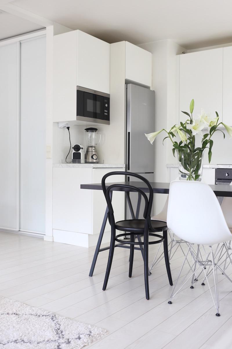 Homevialaura, keittiö, marmoritaso, Eames DSR, TON Chair 14, Inaria-kaapisto
