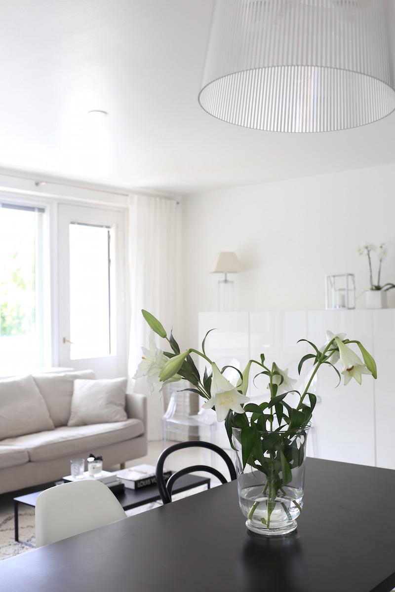 Homevialaura, olohuone, Kartell Gé -valaisin, Boknäs Julia -sohva, Ikea Bestå