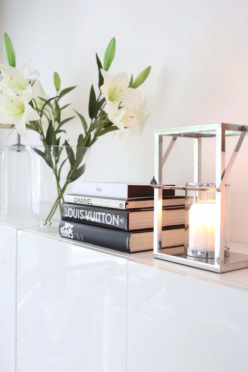 Homevialaura, olohuone, liljat, coffeetablebooks, lyhty