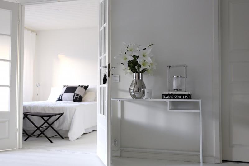 Homevialaura, olohuone, Ikea Vittsjö, sivupöytä, pariovet, Georg Jensen Cafu, Hermes Avalon