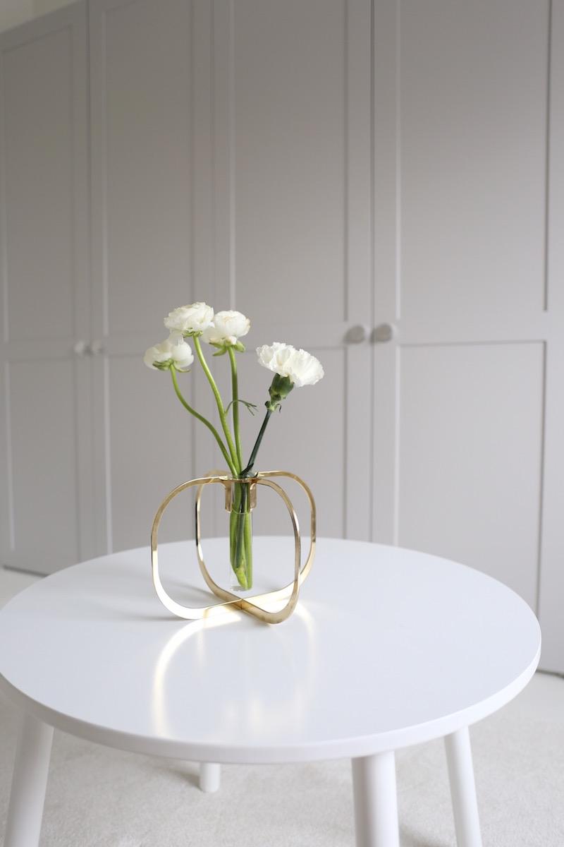 Homevialaura, lastenhuone, Be&Liv One, yhden kukan maljakko, A.S.Helsingö, harmaa kaapisto, lastenpöytä