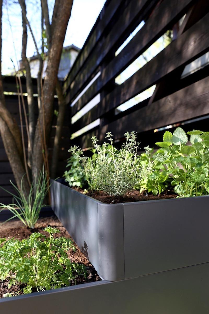 Homevialaura, piha, terassi, puutarha, yrttilaatikko, istutuslaatikko, Ikea Salladskål