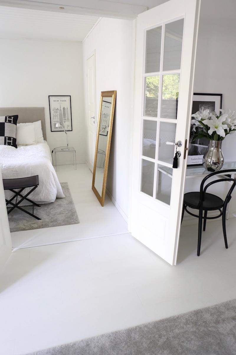 Homevialaura, olohuone, sisustus, Balmuir, kultainen peili, Finnmirror Amanda