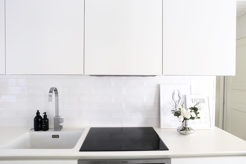 Homevialaura, keittiön välitila, keittiöremontti, Masia Blanco, tiililadonta, 1/3 ladonta