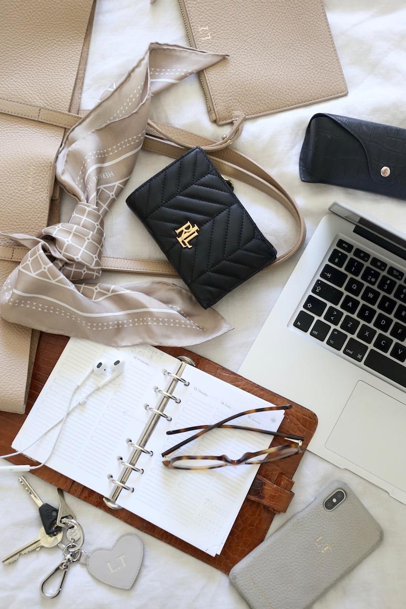 Homevialaura, käsilaukun sisältö, what's in my bag