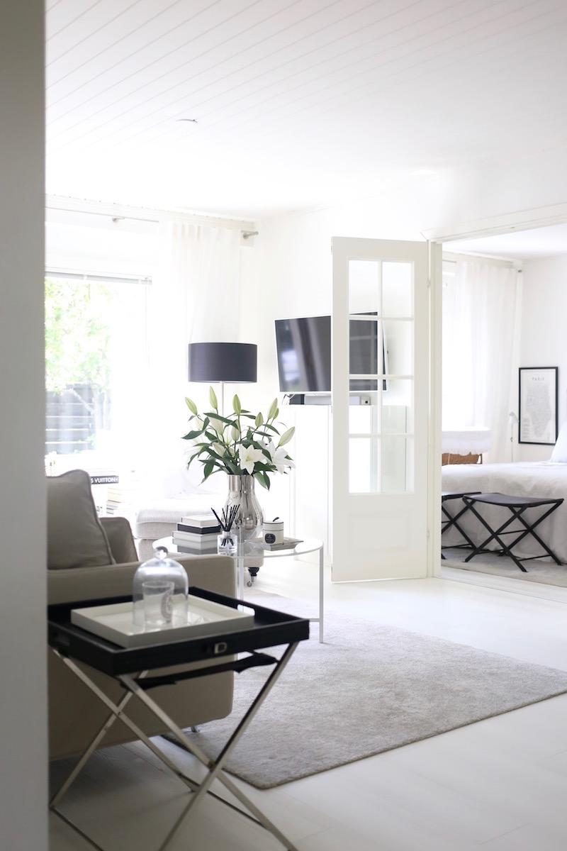 Homevialaura, olohuoneen sisustus, Ikea Vittsjö, pyöreä lasinen sohvapöytä