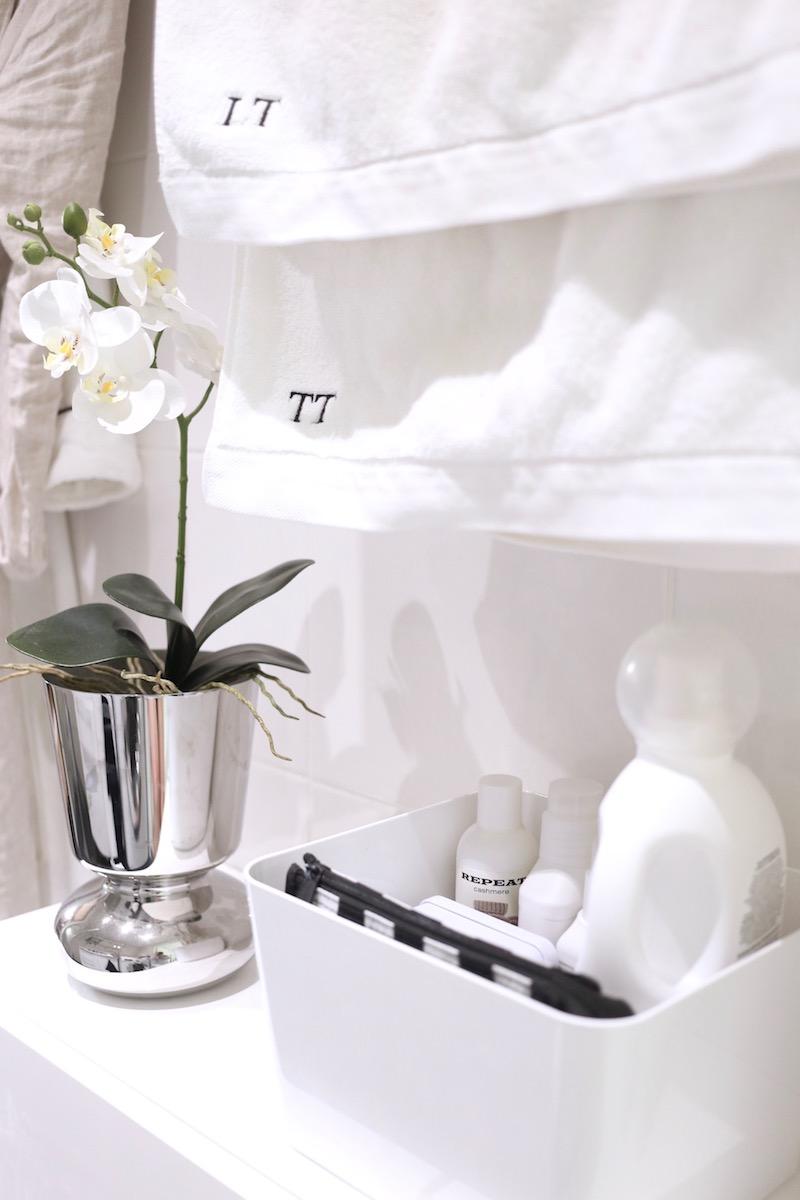 Homevialaura, kylpyhuoneen järjestys, pyykinpesu, kodinhoito, pyykinpesuaineiden säilytys, The Laundress New York