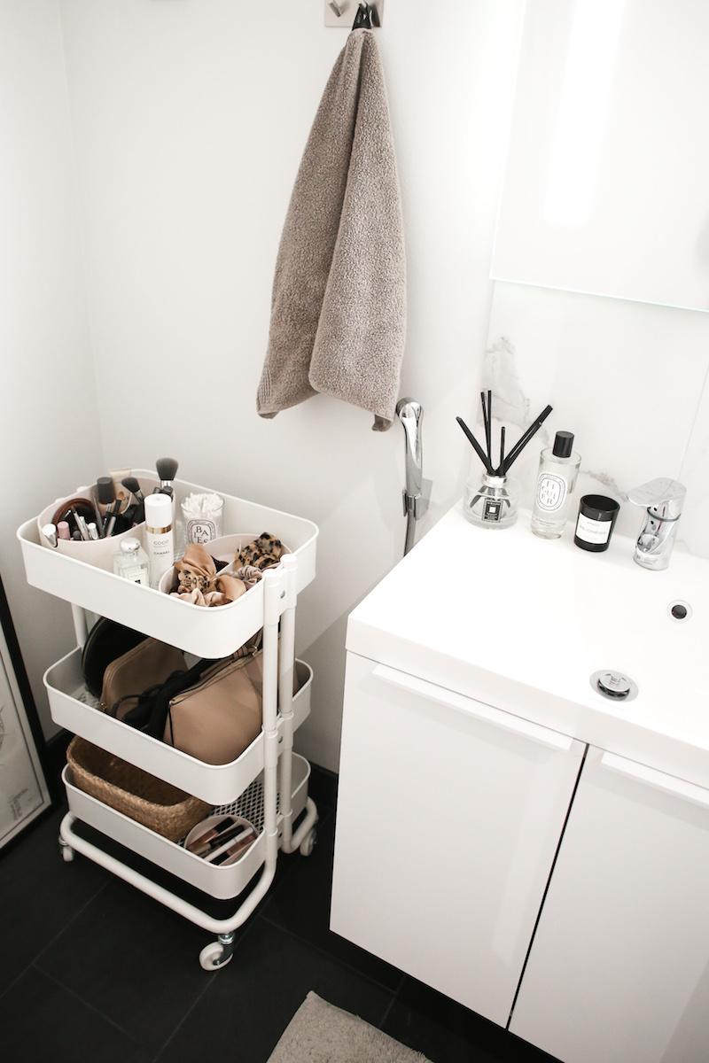 Homevialaura, wc, kylpyhuone, meikkien ja kosmetiikan säilytys, kaunis järjestys, korivaunu, Ikea Råskog, Ikea Saxborga