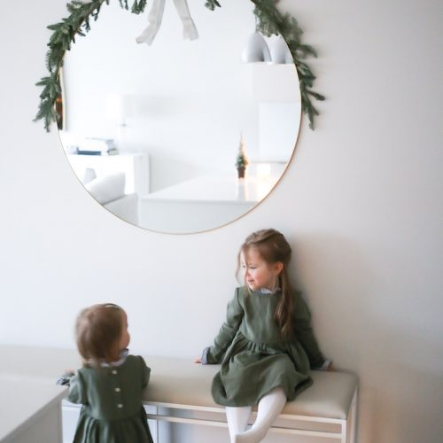 Joulukorttikuvaukset ja havuin koristeltu pyöreä peili