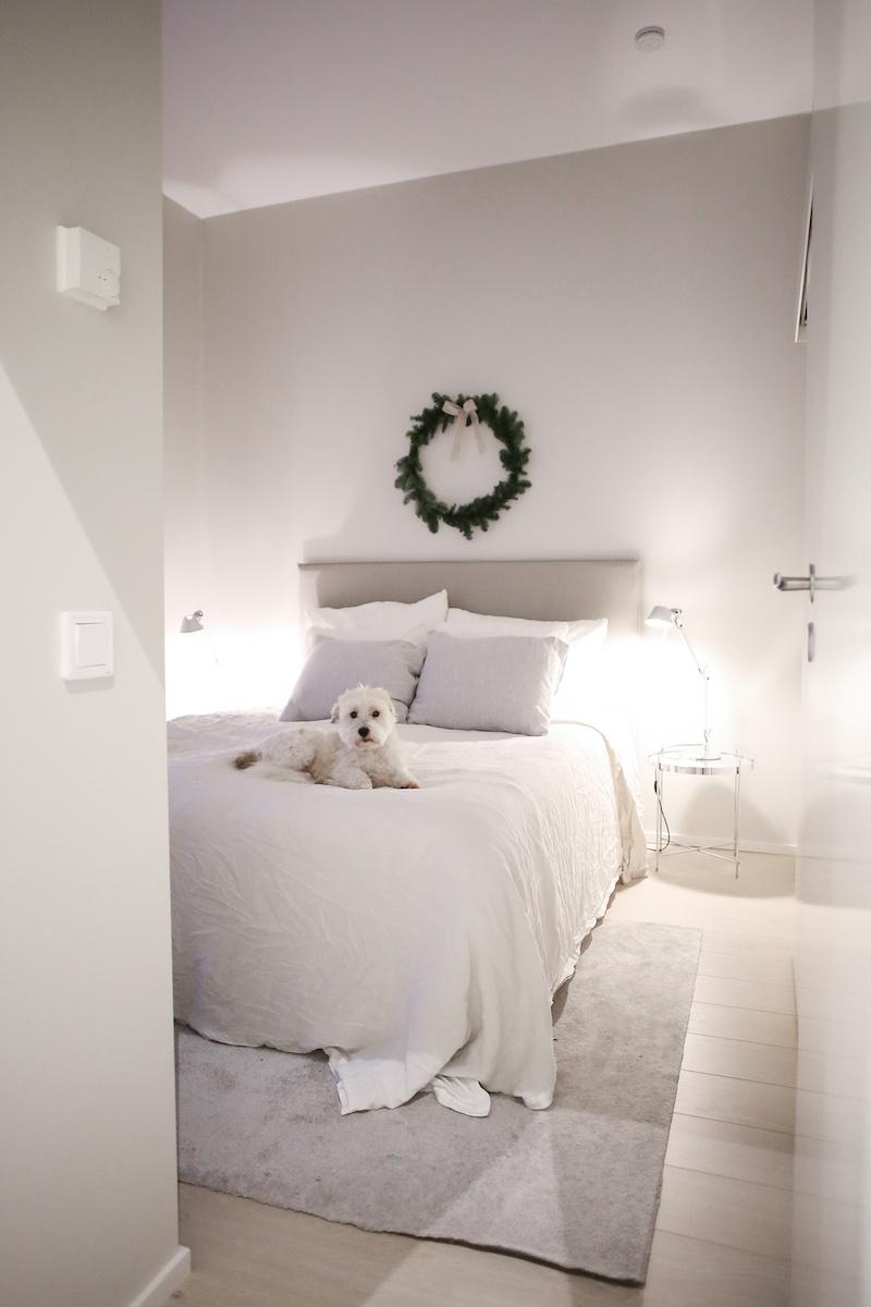 Homevialaura, havukranssi makuuhuoneen seinällä, 3M Command tarrakoukku
