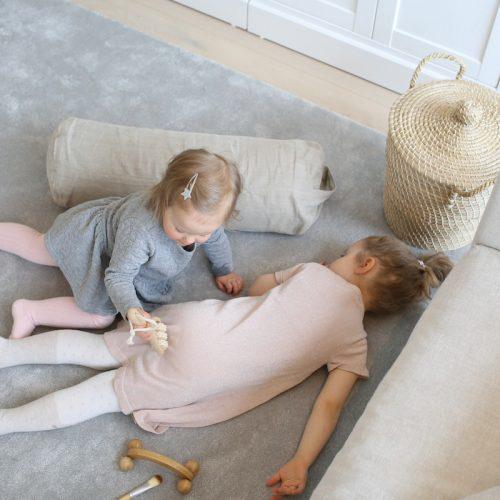Hierontakori ja kosketus rakkauden kielenä lasten kanssa